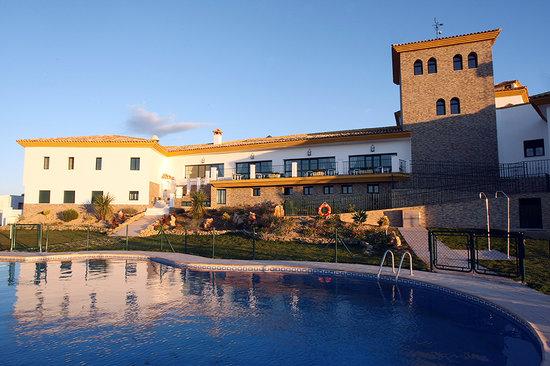 Hotel Rural Mi Refugio: Fachada trasera, jardín y piscina