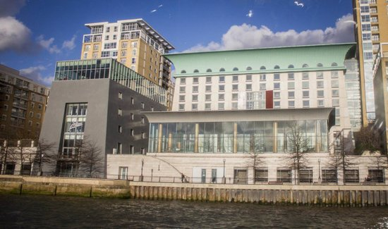 Canary Riverside Plaza Hotel: Front of the hotel from the river - swimming pool in glass building at the front