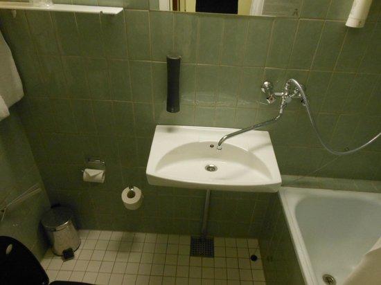 Hotel Astoria: Tiny bathroom