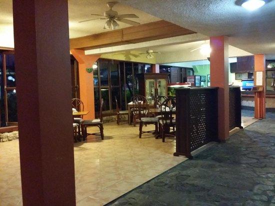 Acuarium Resort Hotel: Walkway to rooms