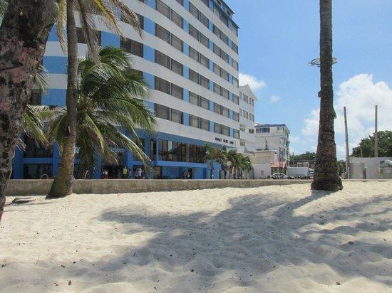 Hotel Blue Tone : EL hotel mirandolo desde la playa. EL mismo se encuentra en frente