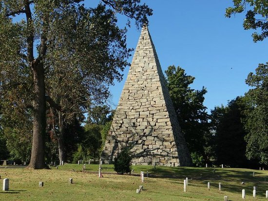 Hollywood Cemetery: Monument to thousands of confederate soldiers (2000 were killed at Gettysburg)