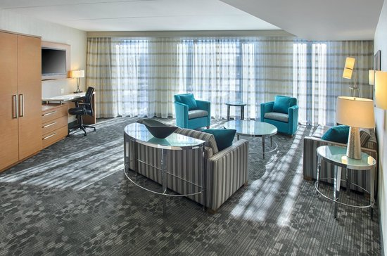 Courtyard Philadelphia South at The Navy Yard: Suite Living Space