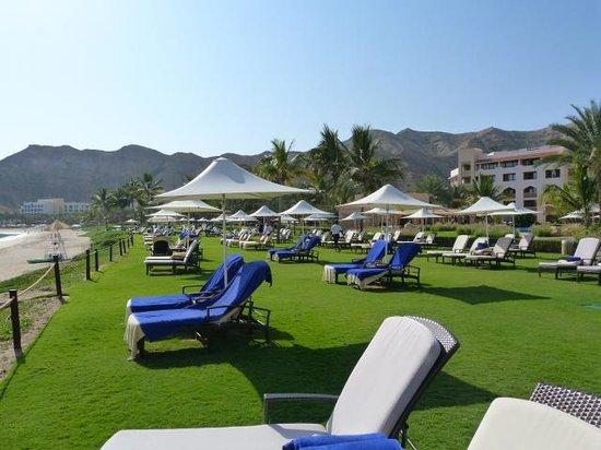 Shangri La Barr Al Jissah Resort & Spa-Al Bandar : Transats sur pelouse