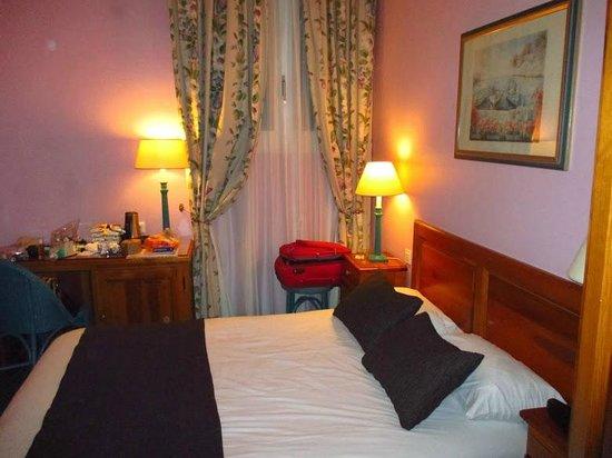 Best Western Paris Italie: stanza da letto con comodini, scrivania, minibar e armadio