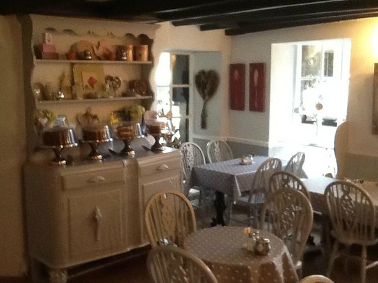 The Village Tearoom Alnmouth: Very inviting decor - looks new!