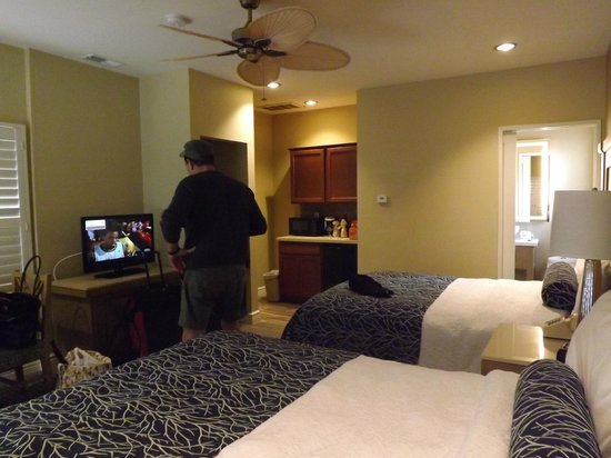Pacific Shores Inn: Spacious room