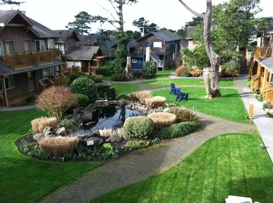 Inn at Cannon Beach: lovely courtyard from our 2nd floor room
