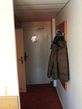 Ibis Dresden Lilienstein: mit blick zum Bad und Zimmerausgang