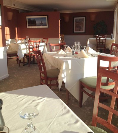 The Coach House Restaurant at the New London Inn: Dining Room with cheerful morning sunlight streaming in