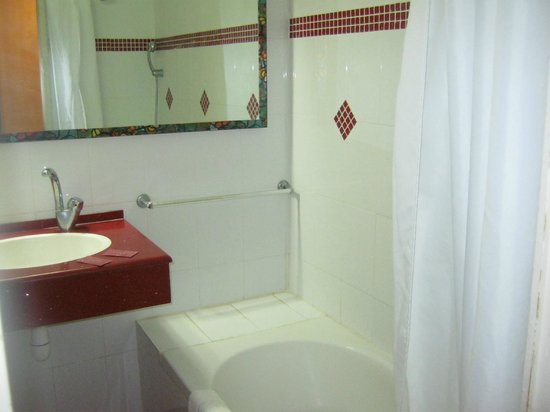 Galil Hotel : bathroom is renovated and looks nice