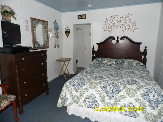 Lakewinds Motel: COUNTRY MANOR - QUEEN BED