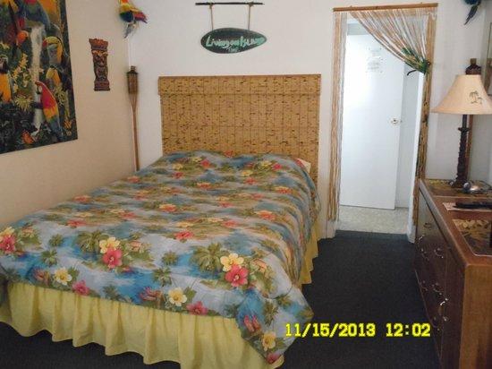 Lakewinds Motel: TROPICAL ROOM - QUEEN BED