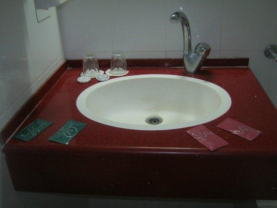 Galil Hotel: nice bathroom