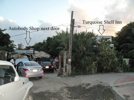 Turquoise Shell Inn: Auto body shop next door ( plays loud music )