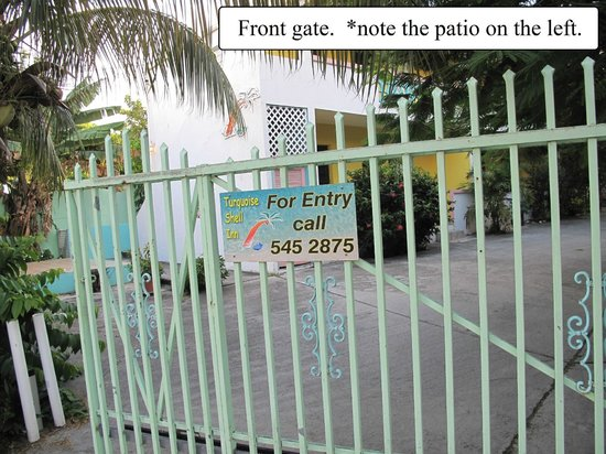 Turquoise Shell Inn: Front gate  *note the patio on the left