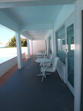 Bravo Beach Hotel: Sitting area next to the pool