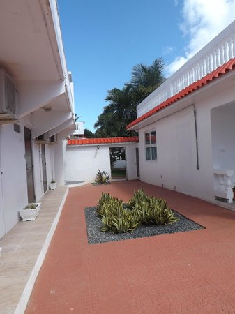 Bravo Beach Hotel: Between the various buildings on the grounds