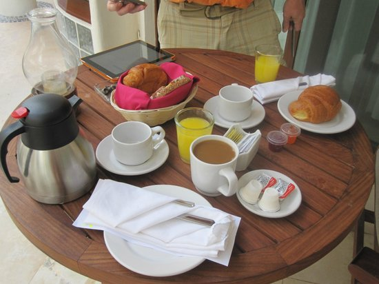 Playa Palms Beach Hotel : Breakfast on our patio
