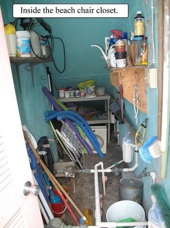 Turquoise Shell Inn: Inside the beach chair closet