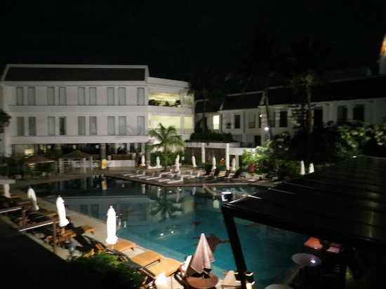 Sawaddi Patong Resort & Spa: Balcony view of courtyard pool on a calm night