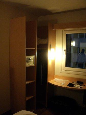 Hotel Ibis Buenos Aires Obelisco: Guarda roupa e cofre