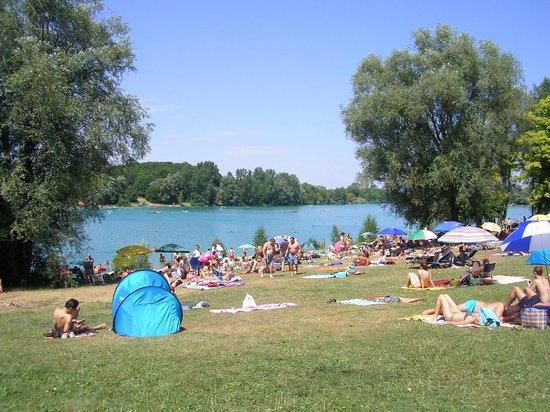 Karlsfelder See: Liegewiesen rund um den See