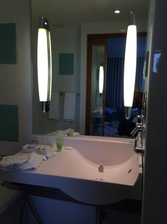 Novotel London ExCeL : Clean, bright bathroom