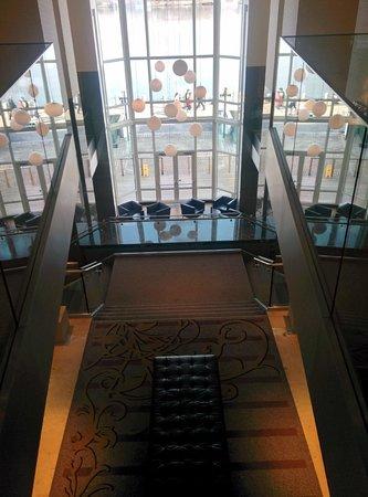 Hilton Vienna Danube Waterfront: Eingangs-Bereich mit Blick auf die Donau