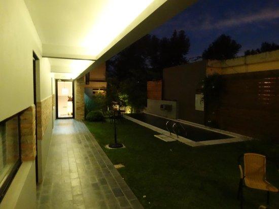 Posada Las Terrazas: Corredor dos Quartos Térreo Visão Noturna