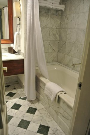 Real InterContinental Costa Rica at Multiplaza Mall : Very upscale bathroom. Heavy, large bath towels.