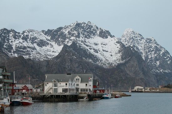 Henningsvaer Bryggehotell: Beautifully situated hotel