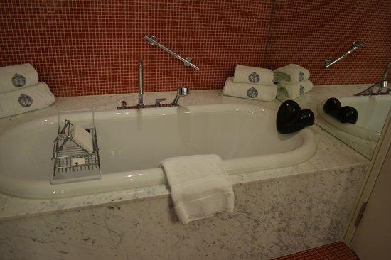 De L'Europe Amsterdam: le coin baignoire car en plus il y a une douche à l'italienne