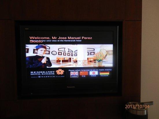 Rembrandt Hotel Bangkok: LA tv de la habitación cada vez que la enciendes te da la bienvenida