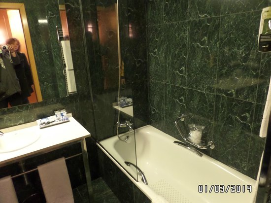 Hotel SB Icaria Barcelona: nice size bathroom