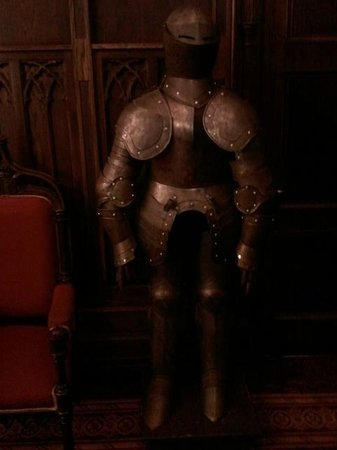 Kilronan Castle Hotel & Spa: Suit of armor outside the dining room