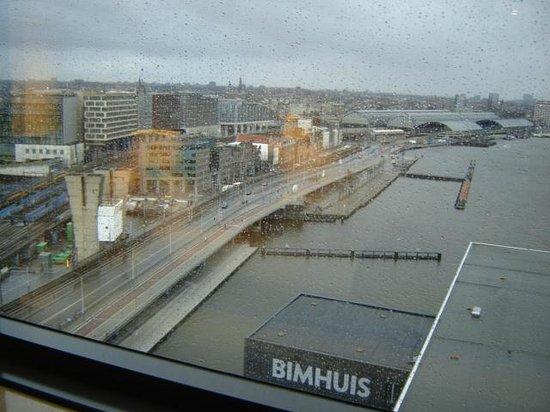 Movenpick Hotel Amsterdam City Center: uitzicht uit onze kamer 10 de verdieping