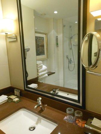 Renaissance Amsterdam Hotel : Good bathroom