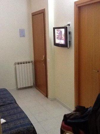 Hotel Continentale : porte gauche couloir, porte droite salle de bain
