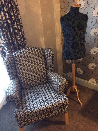 Brooks Hotel: Amazing chair and manican