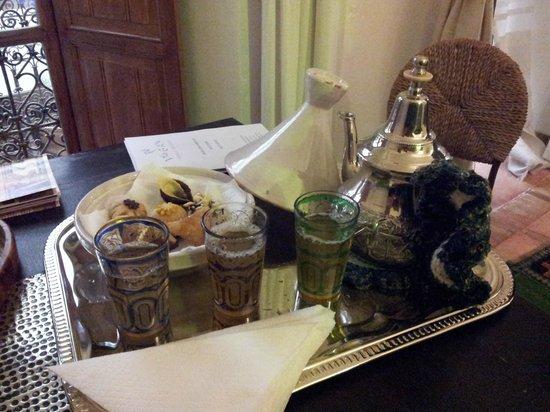 Riad Villa El Arsa: Il té alla menta con pasticceria marocchina, offertoci ogni pomeriggio
