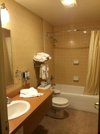 Marcus Whitman Hotel & Conference Center: Nice fully tiled bathroom