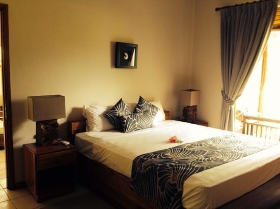 Les Villas d'Or : спальня с окнами впол