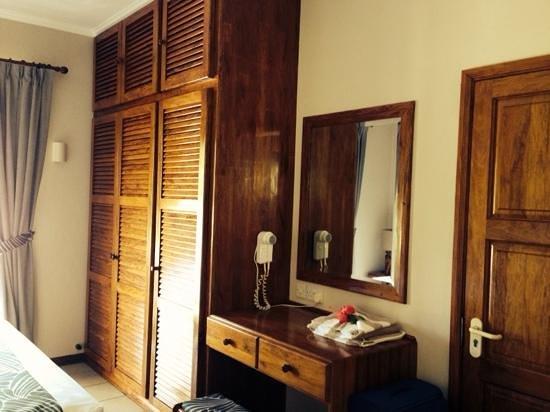 Les Villas d'Or : шкаф в спальне