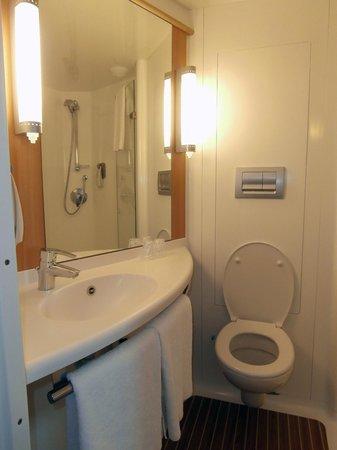Ibis London Shepherds Bush : Bathroom