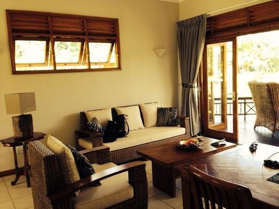Les Villas d'Or : просторная гостинная с выходом на террасу