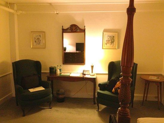 The New London Inn: Sitting Area