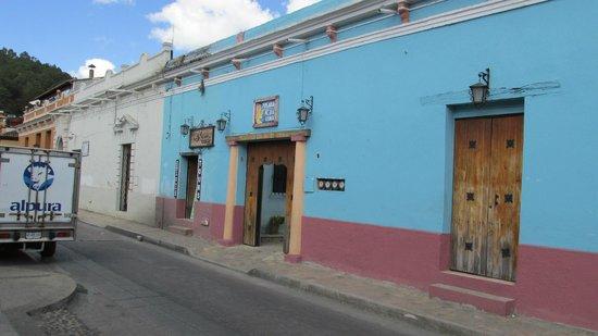 Hotel La Media Luna: Entrance from the street
