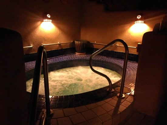 Inn on the Alameda: hot tub at night