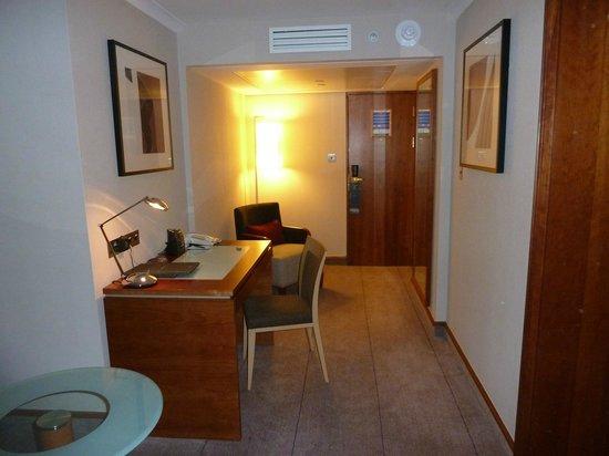 Hilton London Kensington: Junior suite living room